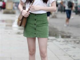 街拍纪实:漂亮气质的姑娘们出门要穿打底裤啊,走光就不好了