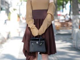 秀街拍:美女穿的短靴都是高跟,而且是尖头细高跟
