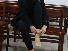 老师要求学生赤足上健美课,但总有几个女孩爱穿薄丝袜。我应该采取什么措施?