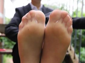 一个女生穿着丝袜,但是相片的角度是从脚底往上照的,有没有人知道呢?