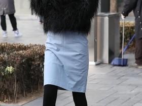 街拍时尚街拍圣地三里屯,美女们的服饰真漂亮,非常的接地气