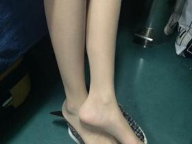 在夜里的火车上,她竟然偷偷地把脚伸了过来……