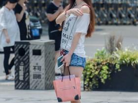 街拍美女:长袖紧身衣搭配紧身喇叭裤,美丽大方又显优雅清新
