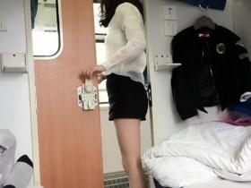 坐火车睡上铺的一女女穿着丝袜腿晃来晃去!我就特想问问你说我是