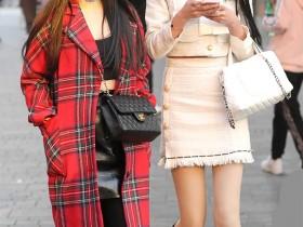 街拍:两个短裙美腿小姐姐,一个精致,一个丰腴,各有千秋