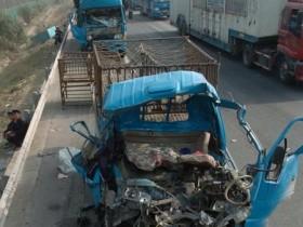 安徽高速多车追尾 23辆车相撞现场惨烈已有伤亡