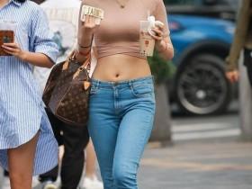 3aMM街拍:平平常常的紧身牛仔裤,姑娘却能穿得如此美丽