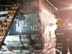 湖南长张高速益常段一辆客车自燃 造成交通阻断