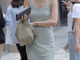 街拍:女朋友身材好又漂亮,这样带出去男生应该超有面子吧?