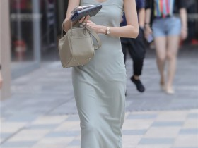 街拍VIP: 小姐姐肤白貌美,穿这样的裙子很迷人