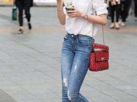 街拍大师原创街拍气质的牛仔裤美女行走在空旷的街头