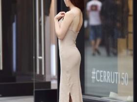 街拍:身材和气质都很好的美女,清凉性感穿搭走在人群中太显眼!