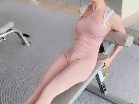 散发无限魅力,健身美女穿上体操裤锻炼,女神动作标准