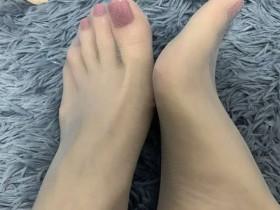 我男朋友就特别喜欢我穿丝袜 因为看着腿比较美 有欲望