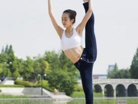街拍:穿一身运动装的美女,呢而多姿展现高挑身段
