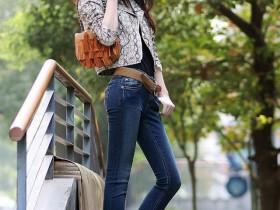 街拍美女穿高腰贴身牛仔裤, 背影显完美身材