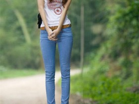 街拍美女:牛仔裤让你穿出高挑身材曲线,靓丽有型,身材好到爆
