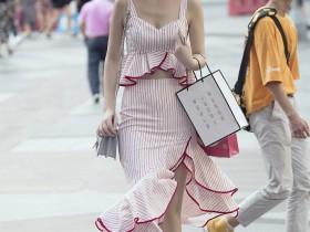 街拍: A字挂脖高开衩裙, 才是美腿的正确打开方式