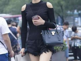 街拍: 女孩穿着黑色包臀裙,一对逛街的情侣,  显得很娇美