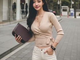 解析街拍: 美女上围这么有料还穿低胸装, 路人该不该看?