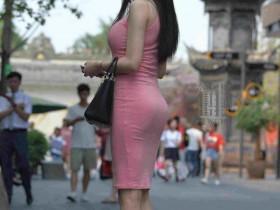 微胖的多肉辣妈一袭走在街上风情十足,超美的