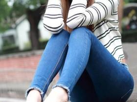 成都网红街拍地入秋了,女生穿热裤怎么搭配丝袜?