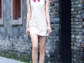 我街拍:沉鱼落雁的美女,一条米白色连衣裙,时尚优雅气质迷人