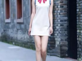 街拍:美女这种开叉裙,穿出的惊艳效果,路人眼神已经说明一切