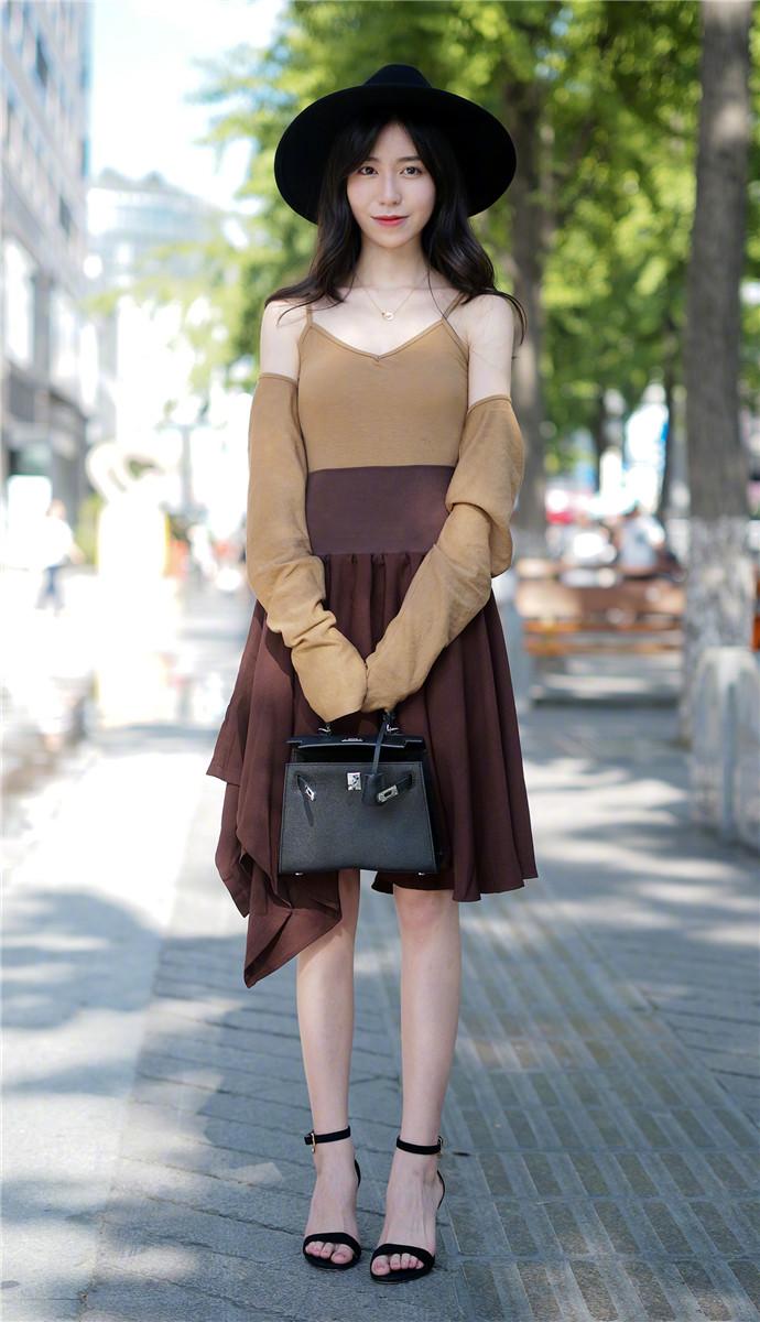 街拍控:黑色系上有一个暖色点点长裙,使得小姐姐更加的美丽动人