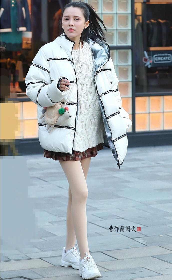 倒春寒中的三美女,她们真的不怕冷-甚至不穿薄丝袜