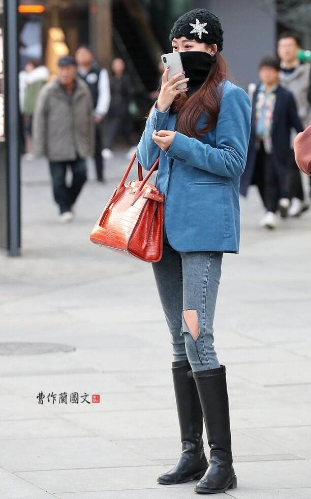 街拍第一站人像抓拍:牛仔裤搭配高筒靴,美女身材线条爆棚