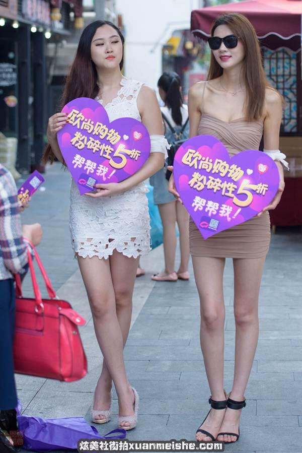 【街拍美女】街拍长腿美女图片_街拍牛仔裤美女图片_街拍短裙美女