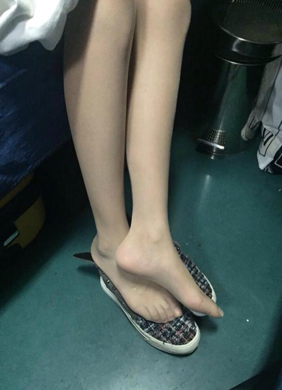 昨天坐卧铺遇到个丝袜美女,超有气质晾脚