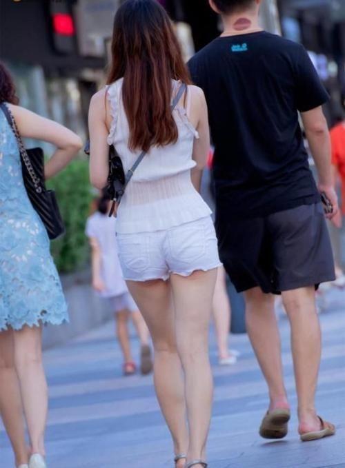 日不落时尚街拍:美女真狠啊,看把你男朋友脖子弄成啥样了!
