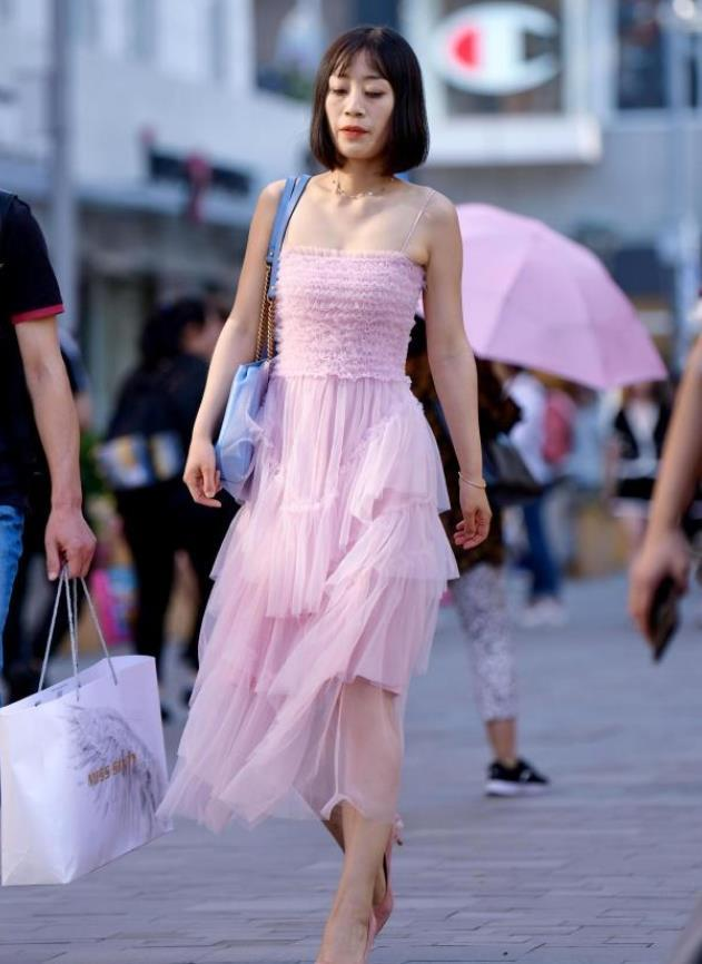街拍大师:瑰姿艳逸的美女,粉红色的连衣裙,时尚而优雅