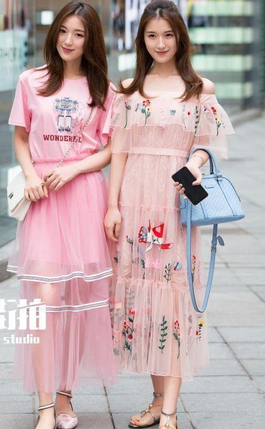 街拍美女:穿着粉色连衣裙的两位美女,像仙女一般,你们觉得呢?